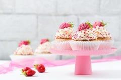 Vanillekleine kuchen verzierten Erdbeeren Lizenzfreie Stockfotos