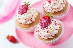 Vanillekleine kuchen verzierten Erdbeeren Lizenzfreie Stockbilder