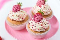Vanillekleine kuchen verzierten Erdbeeren auf einer weißen Platte Lizenzfreie Stockfotografie