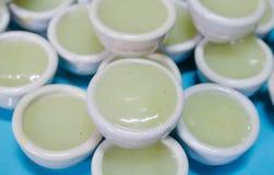 Vanillepudding in der kleinen Porzellanschale stockfotografie