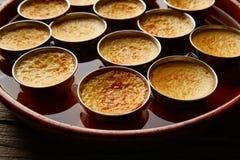 Vanillepudding-Karamellpudding-Obsttortenachtisch bain marie lizenzfreie stockbilder