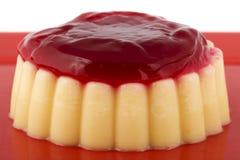 Vanillepudding mit Erdbeeresoße Stockfotos