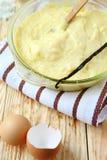 Vanillepuddingmilchcreme mit Vanille in der Kasserolle Lizenzfreie Stockfotografie