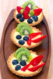 Vanillepuddingtörtchen mit Blaubeeren und Kiwi Stockfotos