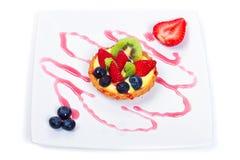 Vanillepuddingtörtchen mit frischen Früchten Stockfoto