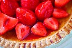 Vanillepuddingtorte überstiegen mit frischen Erdbeeren Stockfotos