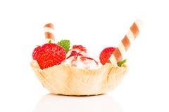 Vanilleroomijs met aardbeien in een wafelkop stock foto