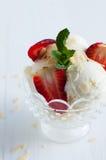 Vanilleroomijs met amandelen en aardbeien Stock Foto