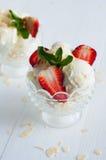 Vanilleroomijs met amandelen en aardbeien stock afbeelding