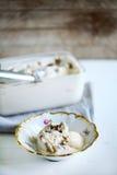 Vanilleroomijs met truffels, eigengemaakt in een rustieke kom Stock Fotografie