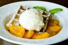Vanilleroomijs op wafel met oranje saus Royalty-vrije Stock Fotografie