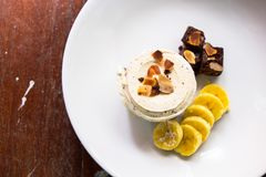 Vanilleschokoladensplitter-Eiscreme mit Schokoladenkuchen, Banane und Mandel Lizenzfreie Stockbilder