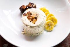 Vanilleschokoladensplitter-Eiscreme mit Schokoladenkuchen, Banane und Mandel Stockbilder