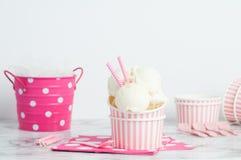 Vanillia-Eiscreme in einem Rosa streifte Schüssel ab Lizenzfreie Stockfotos