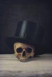 Vanitas с шляпой черепа и экстракласса Стоковое Изображение