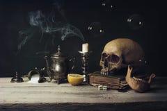 Vanitas con las burbujas del cráneo y del juego de té, del libro y de jabón Fotografía de archivo