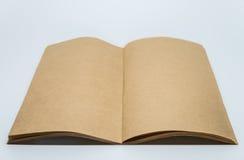 Vanlig anteckningsbok för brunt med vit bakgrund och den selektiva fokusen Royaltyfri Fotografi