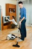Vanlig familj som tillsammans gör hushållsarbete Fotografering för Bildbyråer