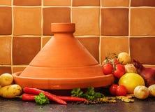 Vanlig lera marockanska Tagine med grönsaker Fotografering för Bildbyråer