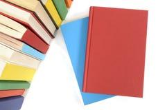 Vanlig röd bok med rad av färgrika böcker Fotografering för Bildbyråer