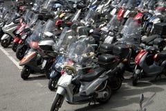 Vanlig sparkcykelparkering i centrum Arkivfoton