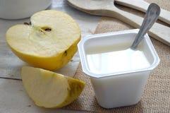 Vanlig yoghurt på en säcktorkduk med ett äpple Royaltyfri Foto