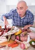 Vanliga män med massor av kött- och korvprodukter Royaltyfri Bild