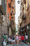 Vanliga människor och turister går i Naples Royaltyfri Foto