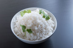 Vanliga ris i oval mässingsbunke över svart bakgrund Royaltyfri Bild