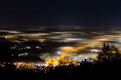 Vanligt exponerat delvist t?ckt av dimma, mjuka ljus arkivfoto