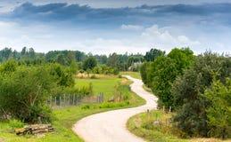 Vanligt lantligt landskap på en molnig dag för sommar Prspective royaltyfria foton