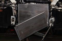 Vanligt underhåll och reparation av bilen efter fel i det betingande systemet och motorn för luft som tack vare kyler aluminiumet royaltyfria bilder