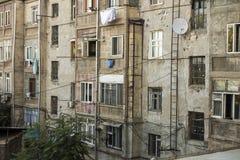 Vanligt utseende av fasaden av en bostads- byggnad i Y Royaltyfri Bild
