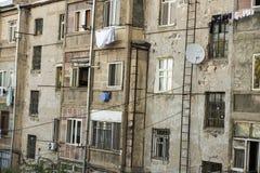 Vanligt utseende av fasaden av en bostads- byggnad i Y Royaltyfria Foton