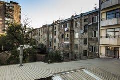 Vanligt utseende av fasaden av en bostads- byggnad i Y Arkivbilder