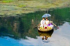 VANLONG自然手段, NINHBINH,越南- 2014年11月23日-一对未认出的夫妇穿着体面为拍前婚礼照片 免版税库存图片