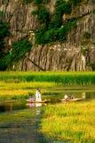 VANLONG自然手段, NINHBINH,越南- 2014年11月23日-一对未认出的夫妇穿着体面为拍前婚礼照片 库存图片