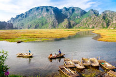 VANLONG NATURALNY kurort, Niezidentyfikowani ludzie żeglowanie łodzi carying turystów na lagunie NINHBINH WIETNAM, LISTOPAD - 23, Obrazy Royalty Free