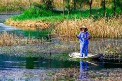 VANLONG NATURALNY kurort, niezidentyfikowany mężczyzna połów na lagunie NINHBINH WIETNAM, LISTOPAD - 23, 2014 - Zdjęcia Stock