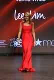 Vanna White marche la piste à l'association américaine de coeur vont rouge pour la collection rouge 2016 de robe de femmes Photographie stock libre de droits