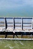 Vanne à la rivière - une partie de grand barrage photographie stock libre de droits