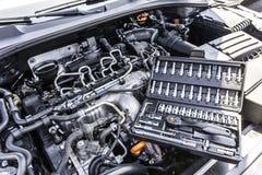 Vano motore dell'automobile con la cassetta portautensili fotografia stock