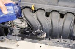 Vano motore sporco dell'automobile di controllo del liquido refrigerante Immagini Stock Libere da Diritti
