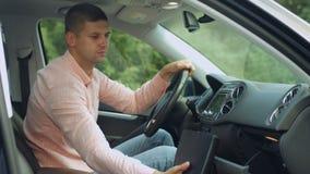 Vano portaoggetti maschio di apertura dell'autista in automobile archivi video