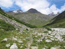 Vanoise; 在谷的路径 库存图片