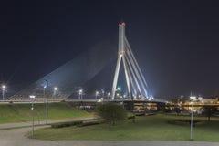 Vansu-Brücke in Riga, Lettland Leichentuch-Brücke Sommernacht mit blauem Himmel 595 Meter in der Länge Vansu-Brücke - eine von stockfotografie