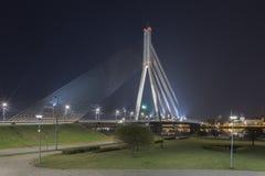 Vansu-Brücke in Riga, Lettland Leichentuch-Brücke Sommernacht mit blauem Himmel 595 Meter in der Länge Vansu-Brücke - eine von stockbilder