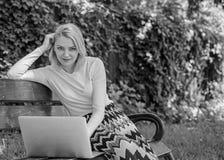 Vantagens e desvantagens do freelancer tornando-se Freelancer da senhora que trabalha no parque Benefícios autônomos Mulher com foto de stock