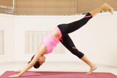 Vantaggio di posa una di yoga Immagini Stock Libere da Diritti