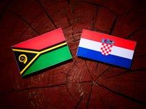 Vanuatisk flagga med den kroatiska flaggan på en isolerad trädstubbe Royaltyfria Bilder